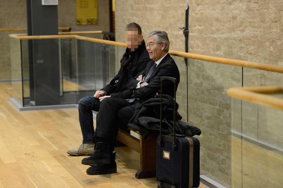 Den åtalade polismannen med sin advokat Peter Althin.