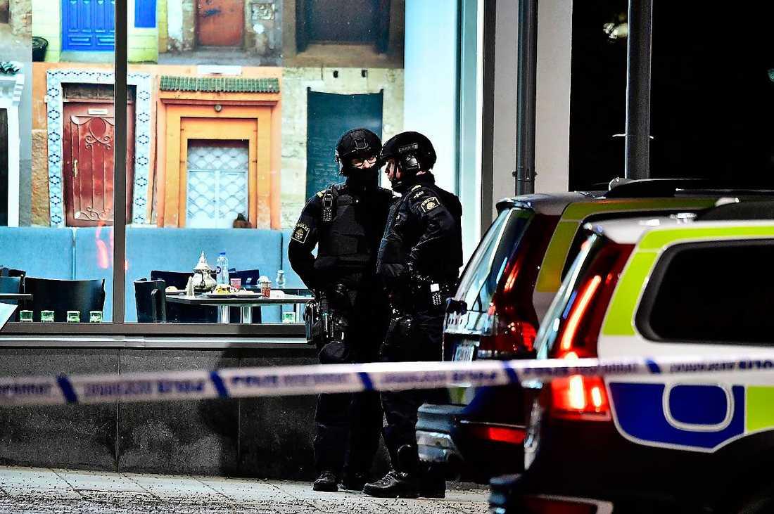 Poliser på plats efter dubbelmordet i Rinkeby.