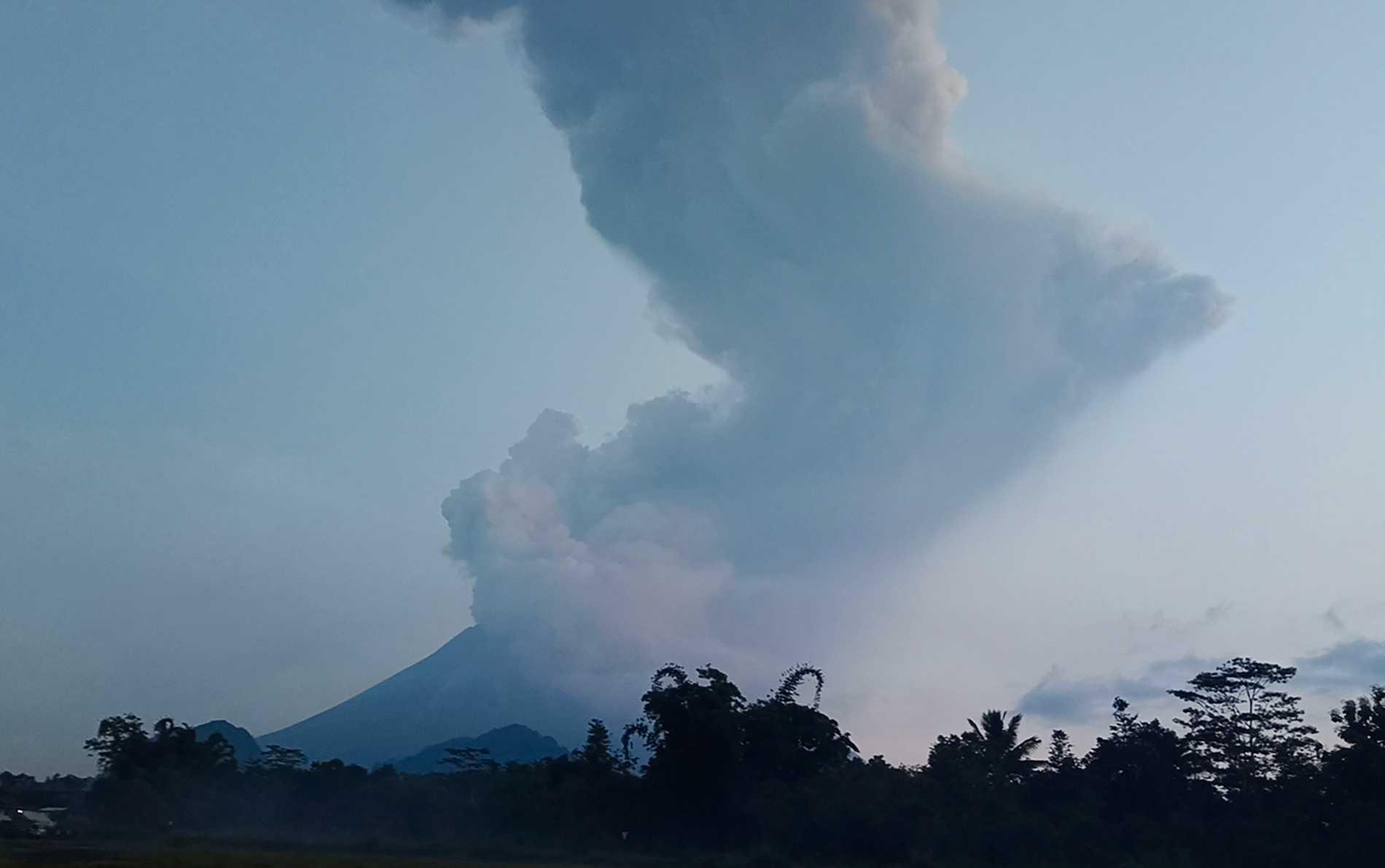 Enormt askmoln från vulkan i Indonesien