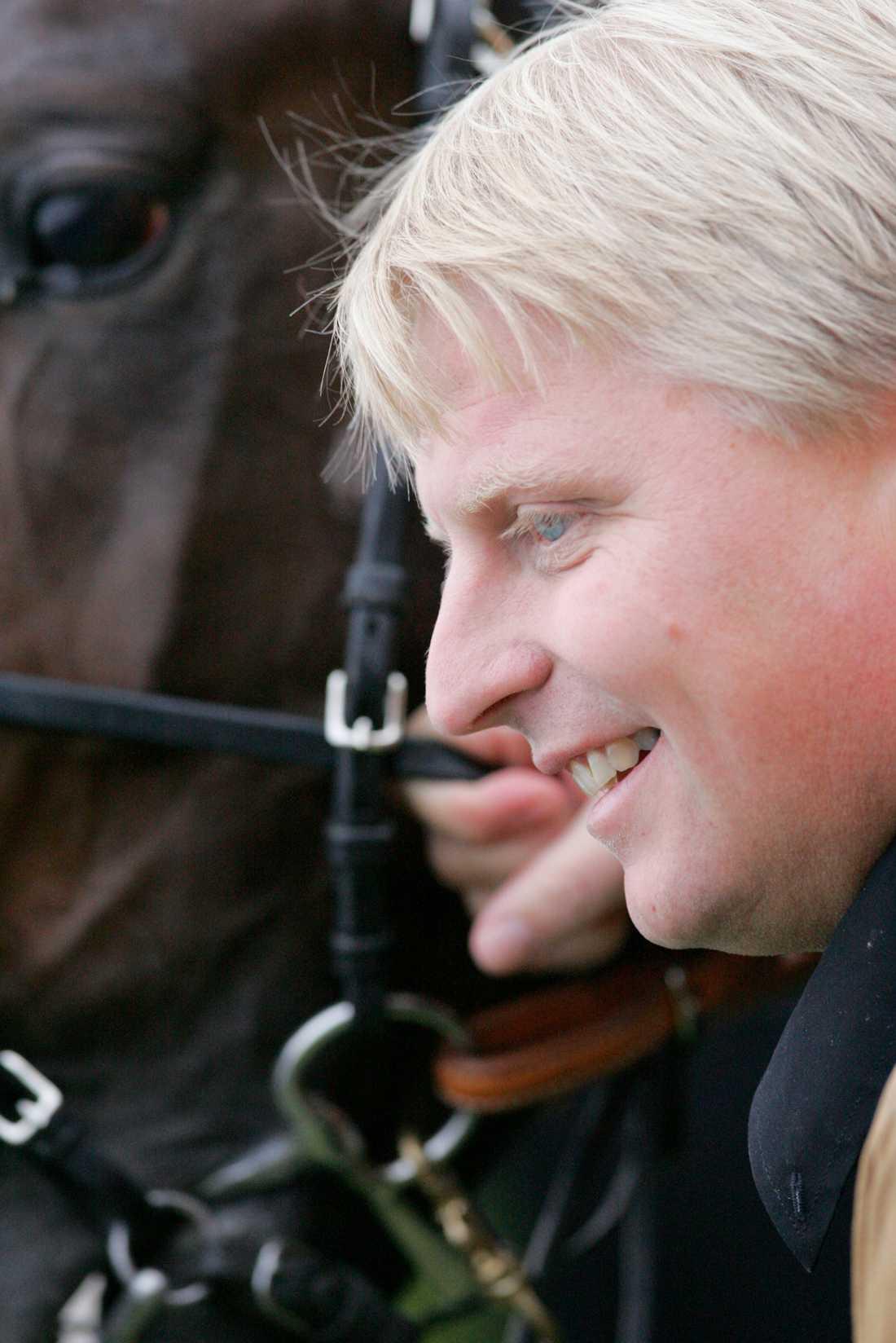 Travtränaren Veijo Heiskanen till sjukhus efter otäck olycka
