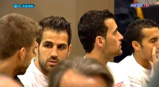 Barcelona-spelarna väntar på att presskonferensen ska börja.