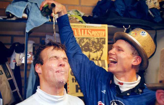 1997 vann Fredrik sin första klubblagstitel när Halmstad tog hem allsvenskan. Här duschas han av Mats Liljenberg.
