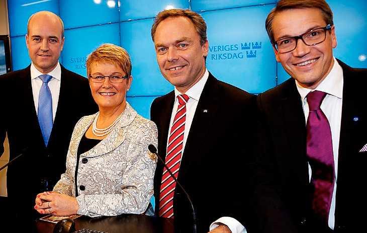 Jublande gäng Sverige är världens fjärde mest konkurrenskraftiga ekonomi – inte konstigt att regeringen ler nöjt. Men enligt nya siffror är vi det OECD-land med störst skillnader i sysselsättningsgrad mellan inrikes födda och utrikes födda, något som kostar Sverige 34 miljarder per år.