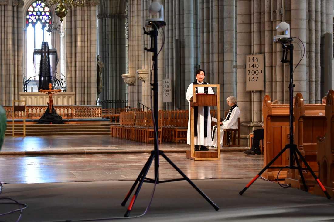 På bilden syns prästen Sam Douhan från inspelningen av en gudstjänst i Uppsala domkyrka under årets påskfirande.