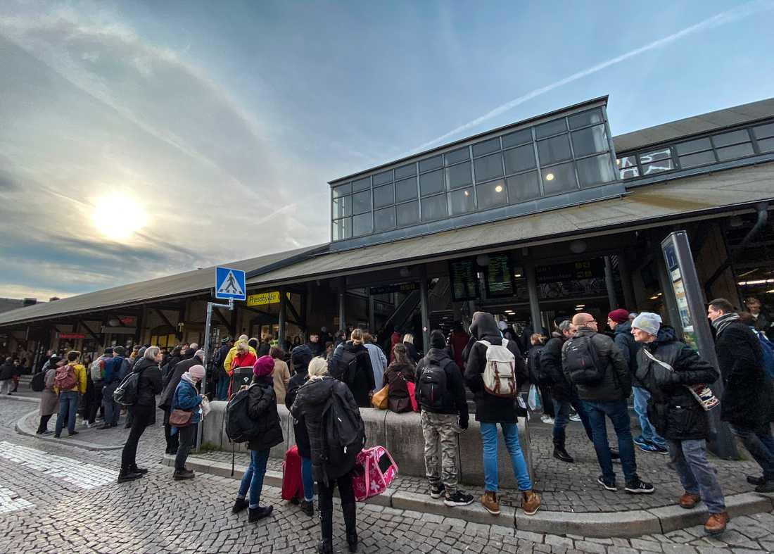 En svag halo på himlen över Lundf medan resenärer väntar på information gällande tågtrafiken mellan Lund C och Malmö efter ett signalfel i Burlöv.