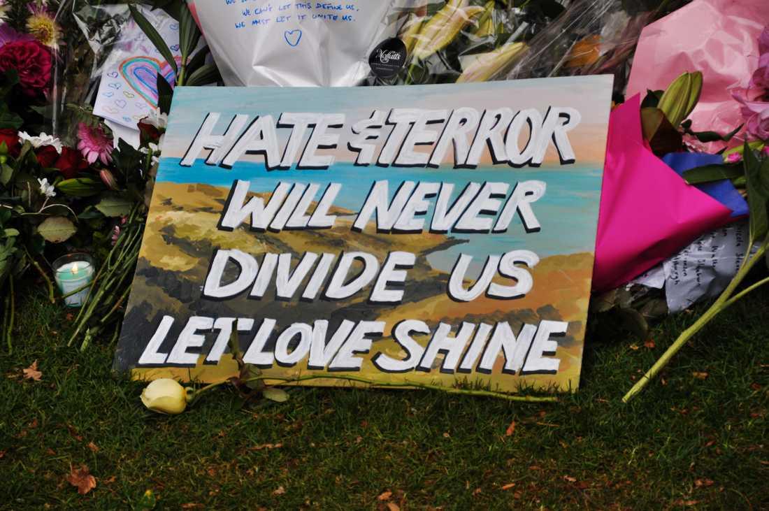 Blommor och hyllningar till dem som miste livet i moskéskjutningarna i Christchurch i Nya Zeeland i mars.