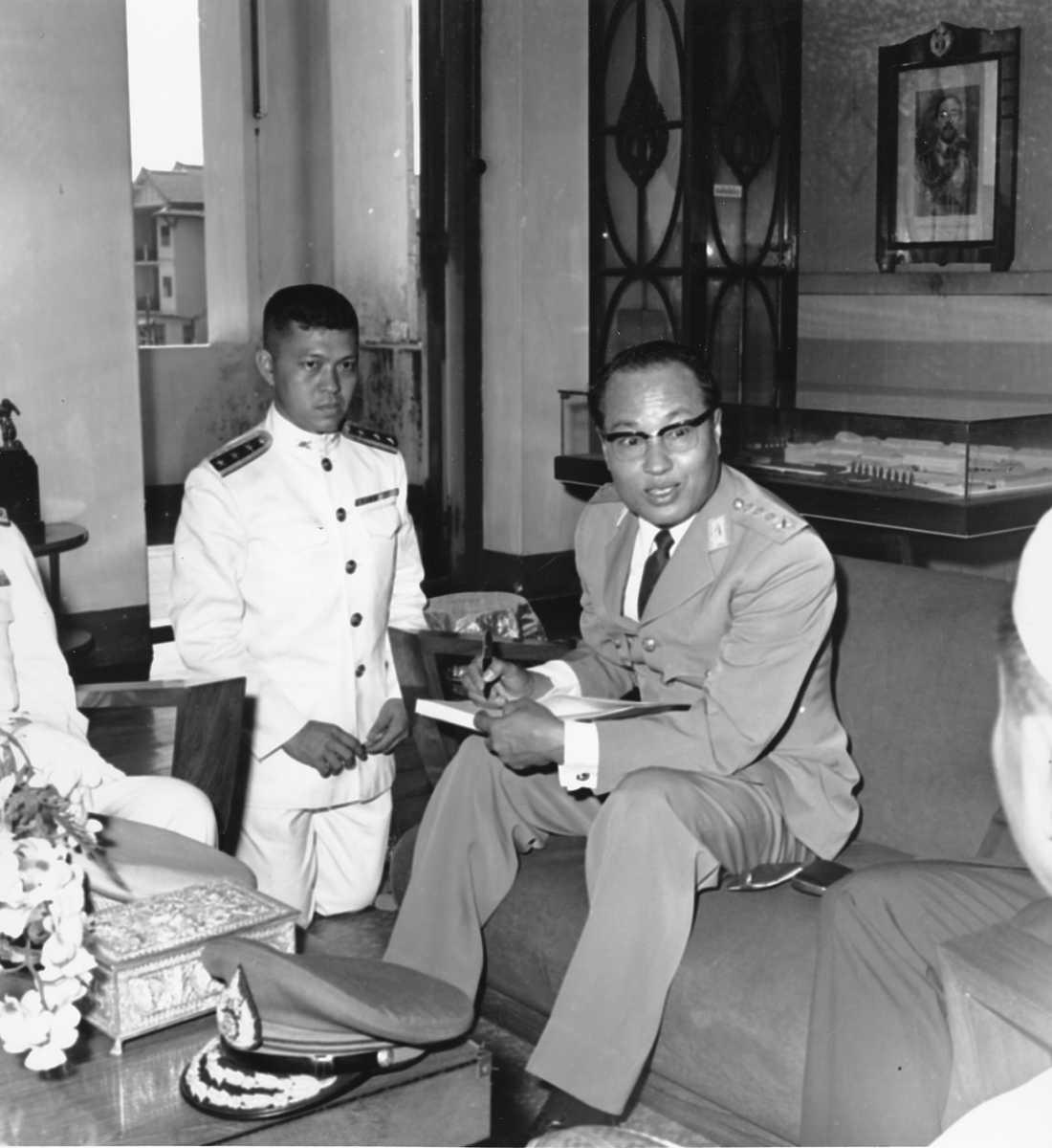 Myanmars förste juntaledare, Ne Win (närmast kameran). Bilden är tagen i Rangoon i december 1962.