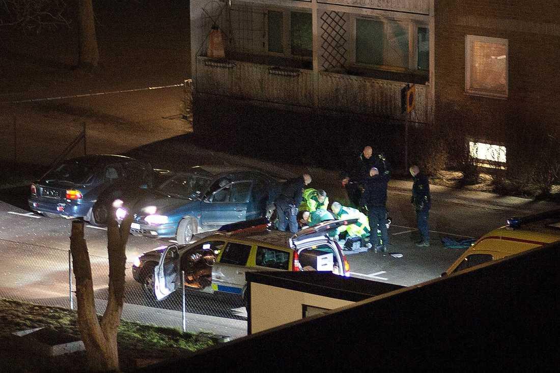 TRE SKOTT Den skjutne 48-åringen uppvisade livstecken när polis kom till platsen men hans liv gick inte att rädda.