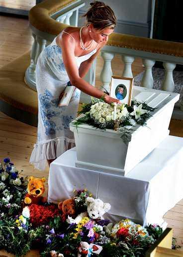 han dog i vågen Sara Adamsson förlorade sin familj i vågen i Khao Lak. Maken Christer, mamma Marianne och lille Johannes, 2 år. I går begravdes Johannes i Lingbos vita träkyrka. Det var många som kom för att ta farväl. Och önskan om att Mora Träsk skulle spela gick i uppfyllelse.