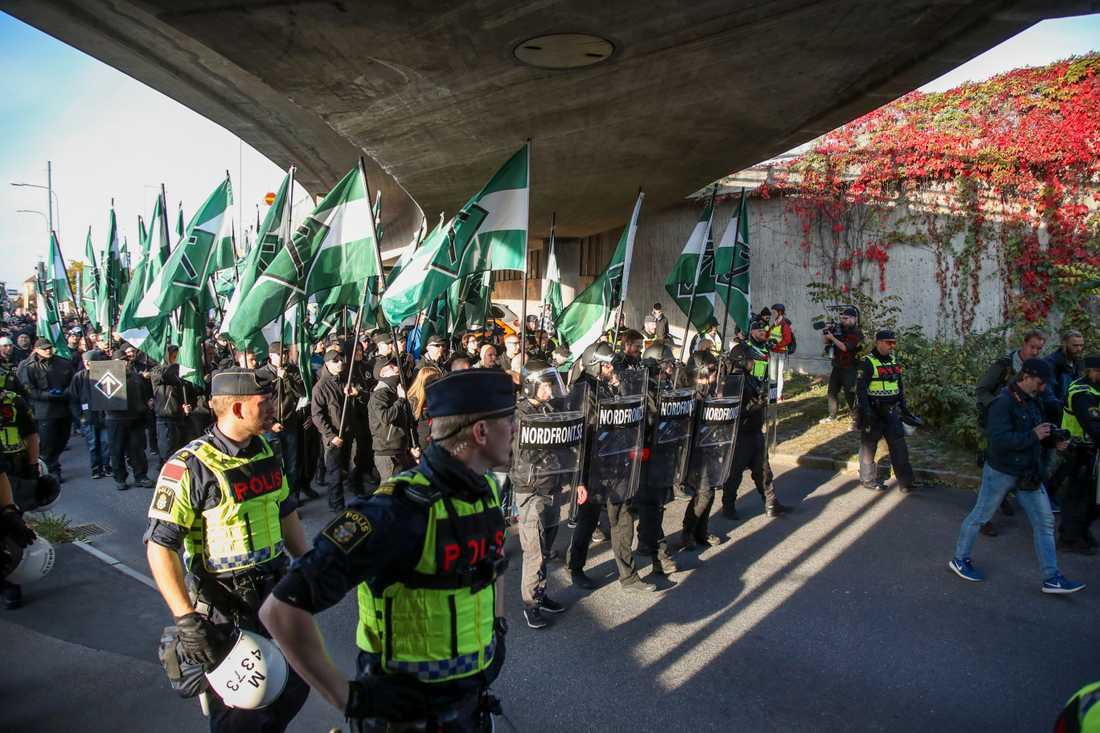 Demonstranter från Nordiska motståndsrörelsens (NMR) lämnar platsen vid Heden i centrala Göteborg där demonstrationen slutade på lördagen.