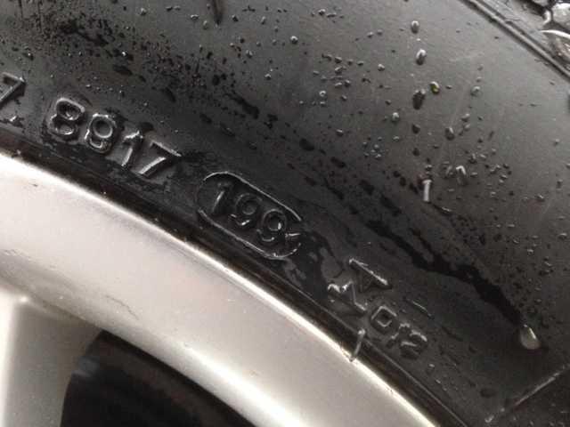 Åldersmärkningen avslöjar att de här däcken är tillverkat vecka 19 år 1999.