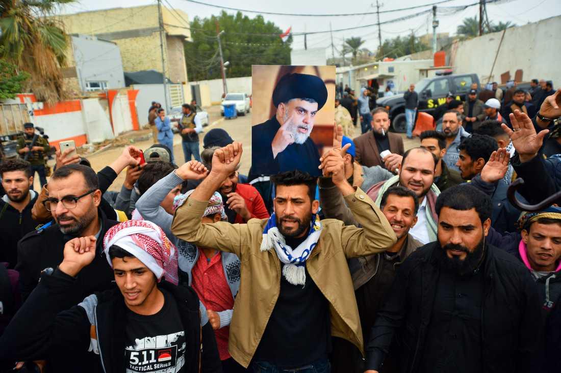 Anhängare till shiapredikanten Muqtada al-Sadr vars hem bombades av en drönare på lördagen.