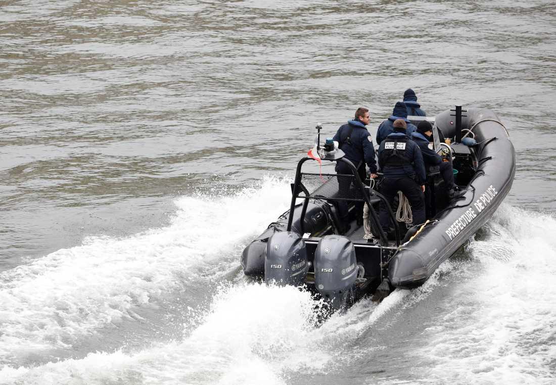 Polispatrull på båt i floden Seine.