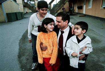 OROLIGA FÖR PAPPA Anhar, 11, Diana, 8 och Allan, 4, är rädda att deras pappa Hamed Sajfi Haridja inte ska bli frisk. Han behöver en ny njure och hans irakiska syster kan ge honom en. Men Migrationsverket vägrar ge henne visum.