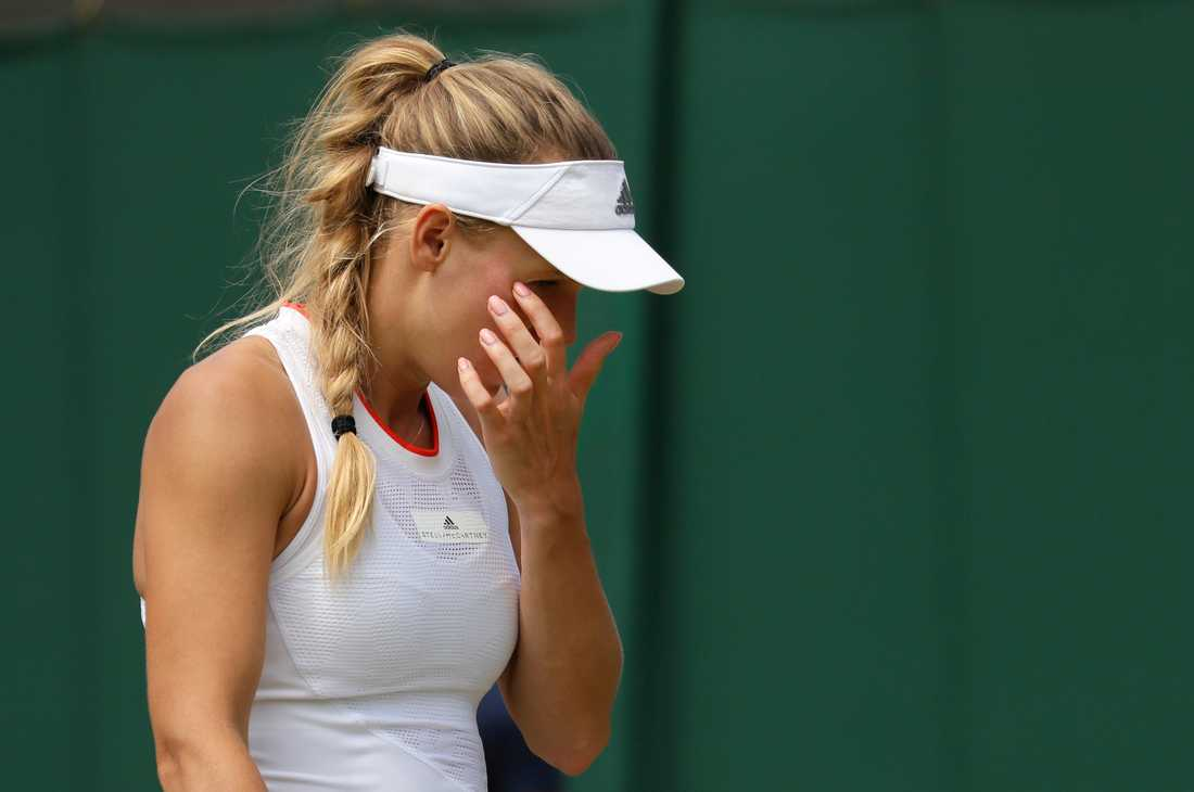 Caroline Wozniacki lämnade Wimbledons gräs i besvikelse.