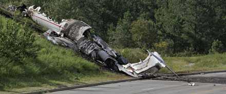 Flygplanet av märket Learjet blev ett utbrunnet vrak efter olyckan.