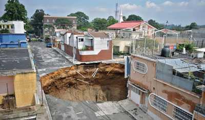 Svalde ett hus Gropen är 30 meter i diameter och cirka 60 meter djup.