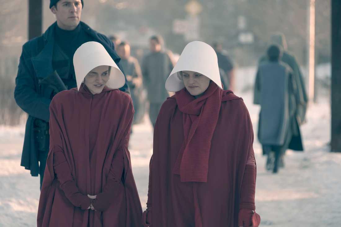 """Madeline Brewer som Janine och Elisabeth Moss i huvudrollen som June i """"The handmaid's tale""""."""