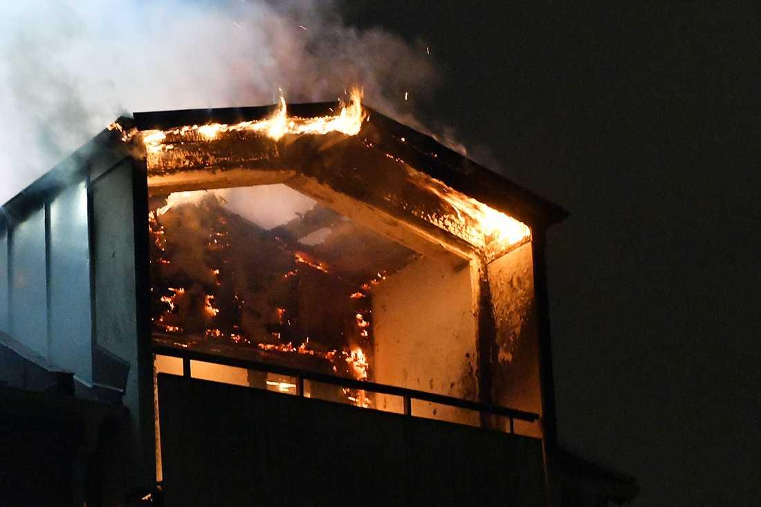 Larmet om branden kom strax efter midnatt.
