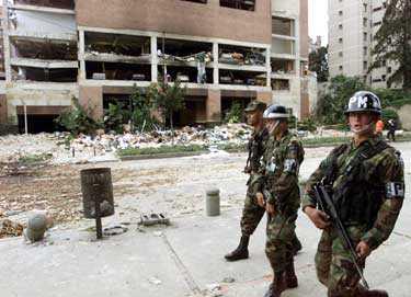 Colombianska soldater framför exklusiva Nogal Club som blåstes ur helt av bilbomben.