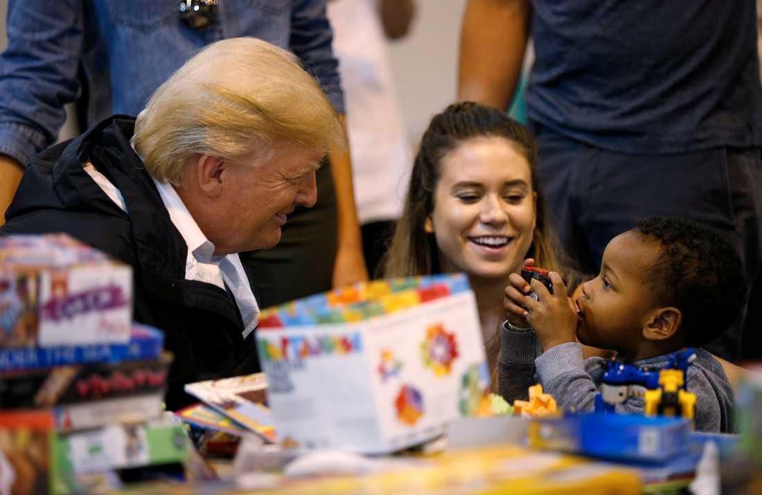 Trump leker med barn.