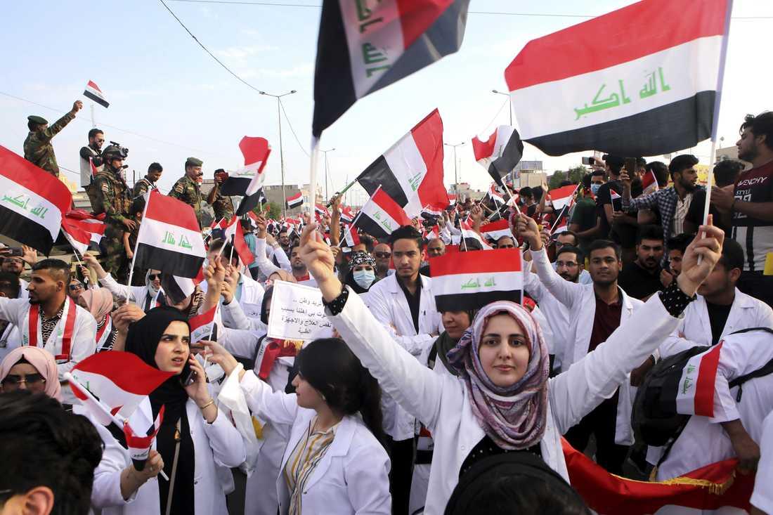 Studenter deltar i regeringskritiska demonstrationer i al-Basra i sydöstra Irak. Bilden är från i onsdags.
