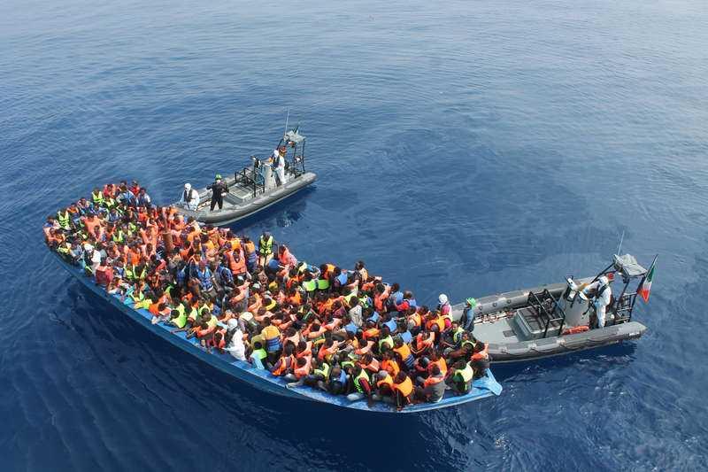 Båtflyktingar på väg till Italien undsätts. Foto