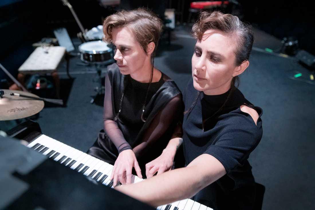 """Mia Höglund-Melin och Karin de Frumerie i """"Antigone"""" på Göteborgs stadsteater."""