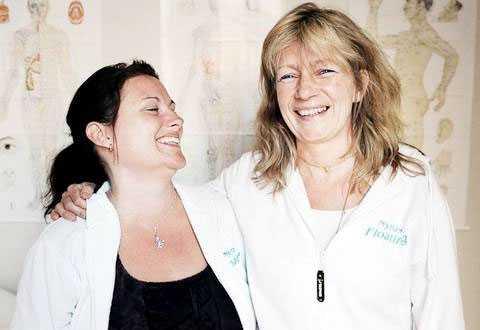"""carolina byrmo Yvonne Wadhed, 51, till höger, blev opererad under hypnos. Bilden är från 2009 när pacemakern sattes in. Camilla Janson-Rönning, till vänster, är hypnositören. """"Jag var faktiskt aldrig rädd"""", säger Yvonne."""