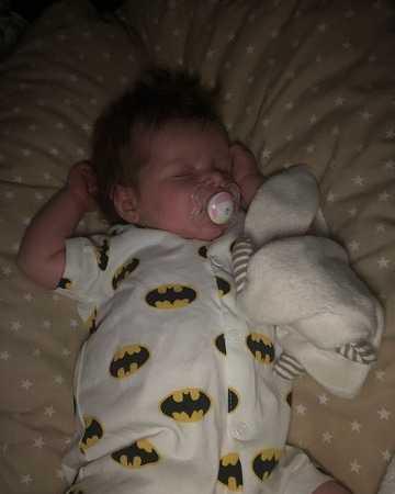 """Ebba sju veckor gammal:  """"En liten chock då hon kom ut med all kalufs"""", säger Linda Magnusson i Mariestad."""
