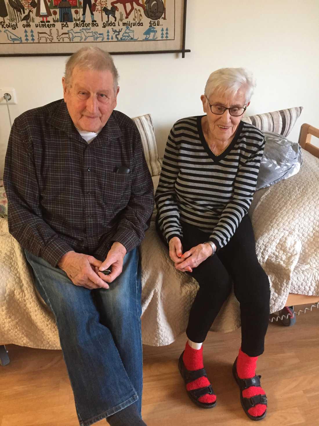Herbert Dahl, 86, och Gudrun Hägglund, 94, har varit i ett lag i 50 år. Nu får de inte bo tillsammans längre.