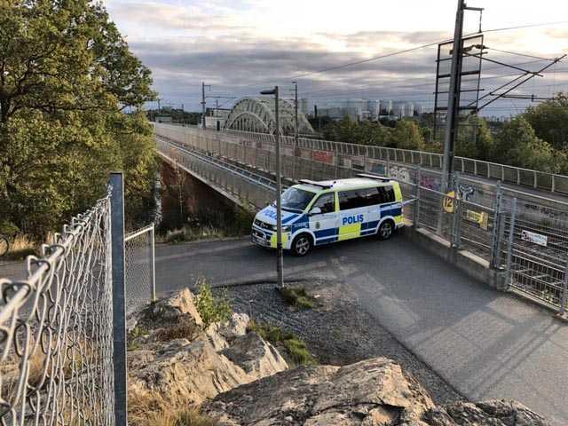 Polisavspärrningar vid Årstabron efter att en man hittades död på bron den 17 september.