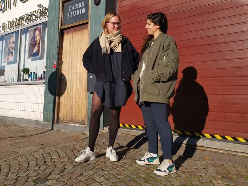Komikerduon Dilan och Moa utanför Carbs Studio i Malmö.