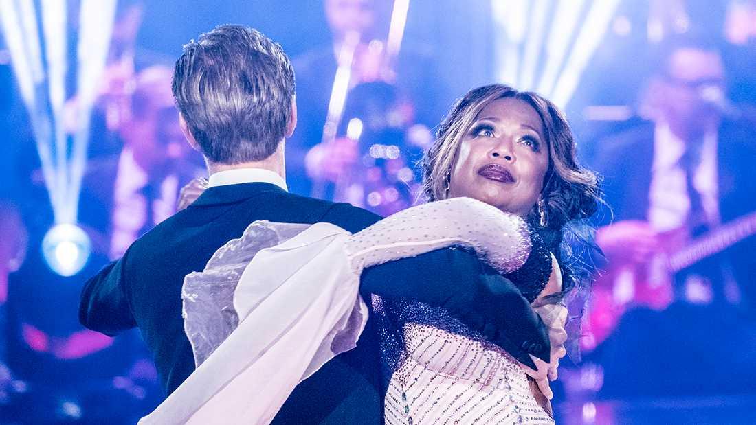 """LaGaylia Frazier dansar med Tobias Bader i """"Let's dance""""."""