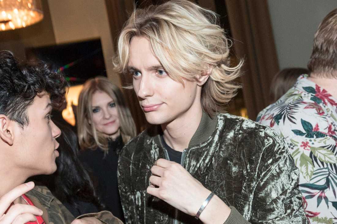 Oscar Enestad under en av Melodifestivalens efterfester. Flickvännen Cecilia Dahlbom syns i bakgrunden.