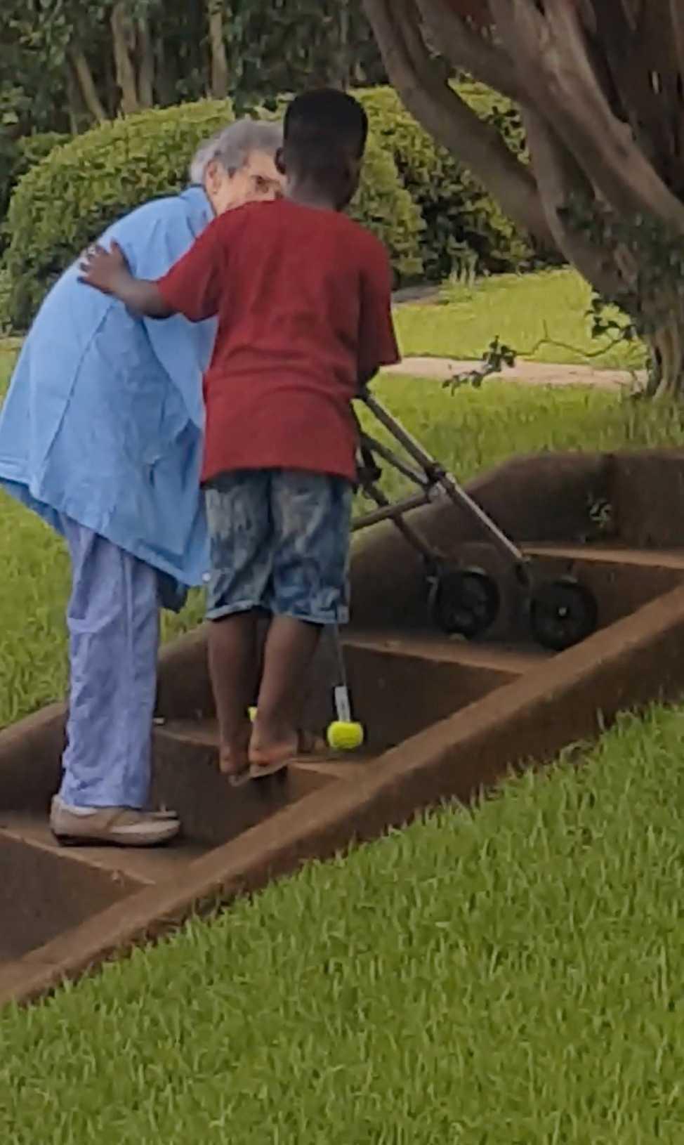 Maurice, 8, hoppade ur bilen för att hjälpa den äldre kvinnan.