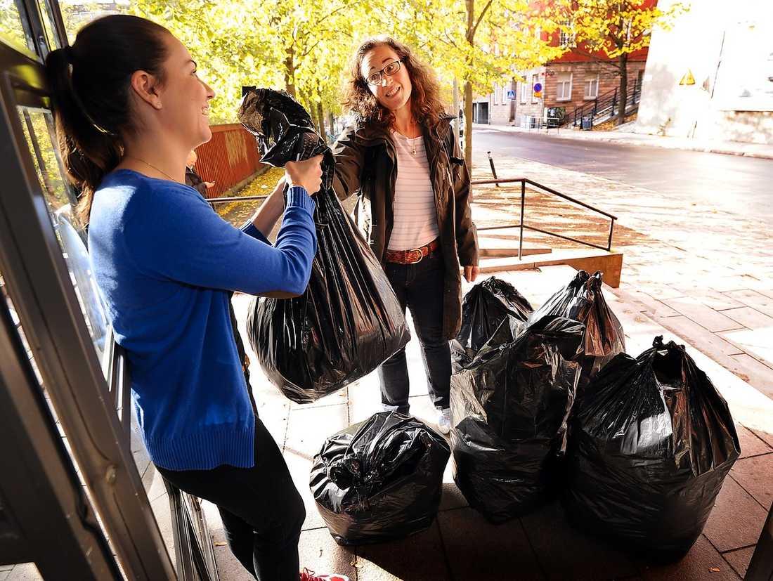 Ulrika Loeb lämnar över stora säckar med värmande kläder till Stadsmissionen på Söder i Stockholm.