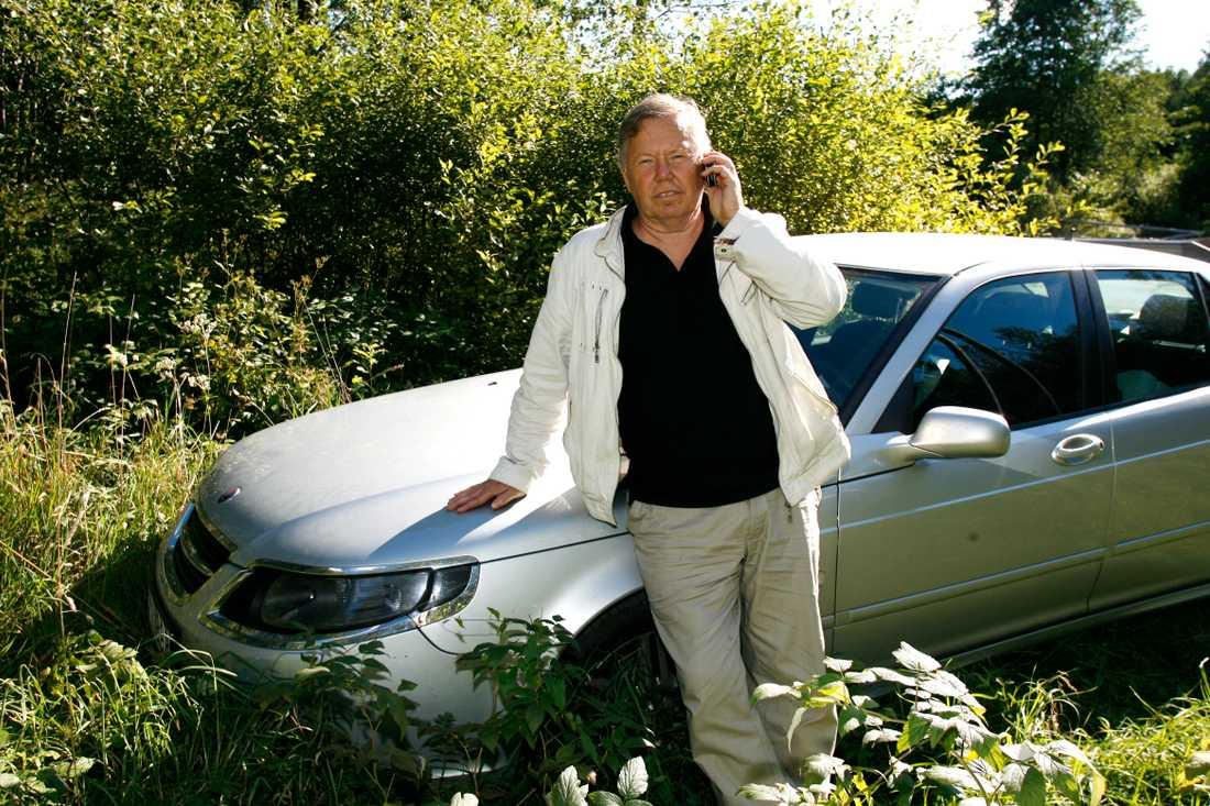 Bert Karlsson framför sin Saab.