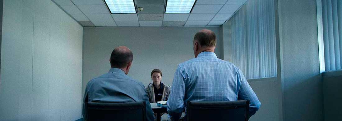 """Efter våldtäkten i tv-serien """"Unbelievable"""" blir offret Marie intagen på polisförhör. """"Jag hade ingen aning om att det funkar så här, att man måste berätta om övergreppet om och om igen"""", säger skådespelaren Kaitlyn Dever."""