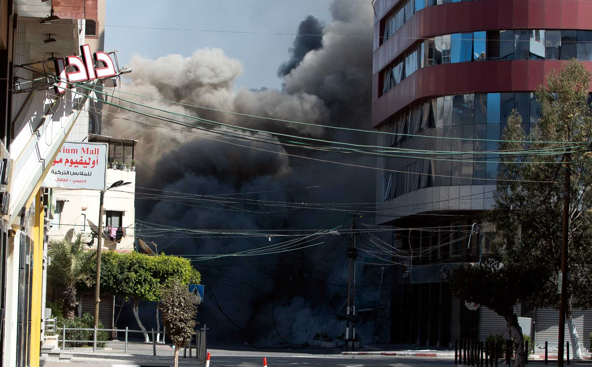 Israel fortsatt med flygattacker mot Gaza City under lördagen. Här träffas ett höghus som rymde flera internationella medieredaktioner, bland andra Associated Press och Al Jazeera. Det har inte kommit någon förklaring till varför byggnaden bombades.