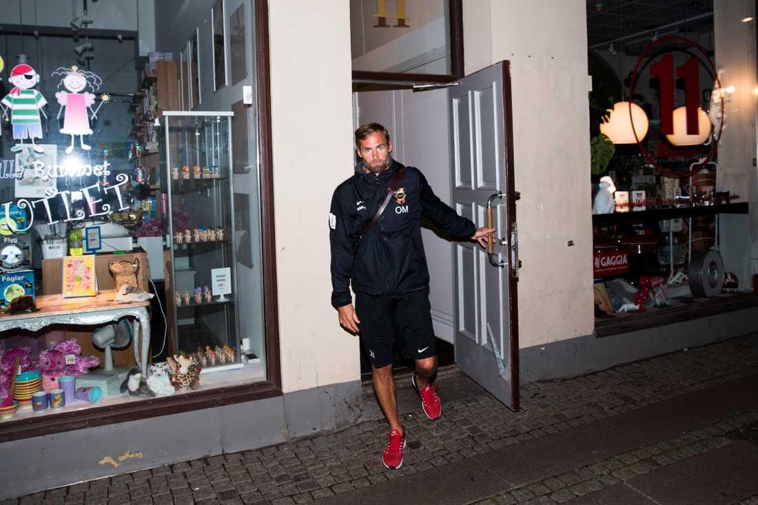 Olof Mellberg lämnar mötet med Mats Gren under natten mot torsdag.