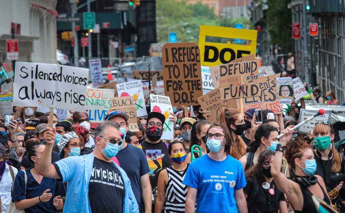 Föräldrar, lärare och elever protesterar i New York. De vill inte att skolorna i delstaten ska öppna för undervisning på plats igen.