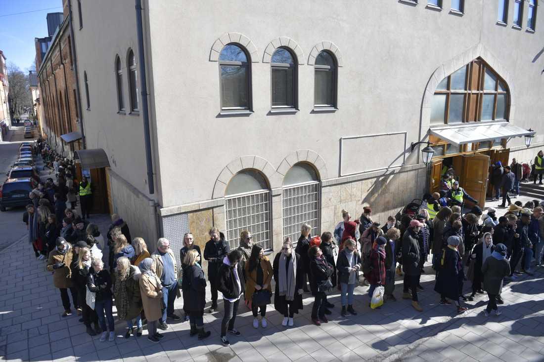 Den mänskliga muren runt Stockholmsmoskén under fredagsbönen.
