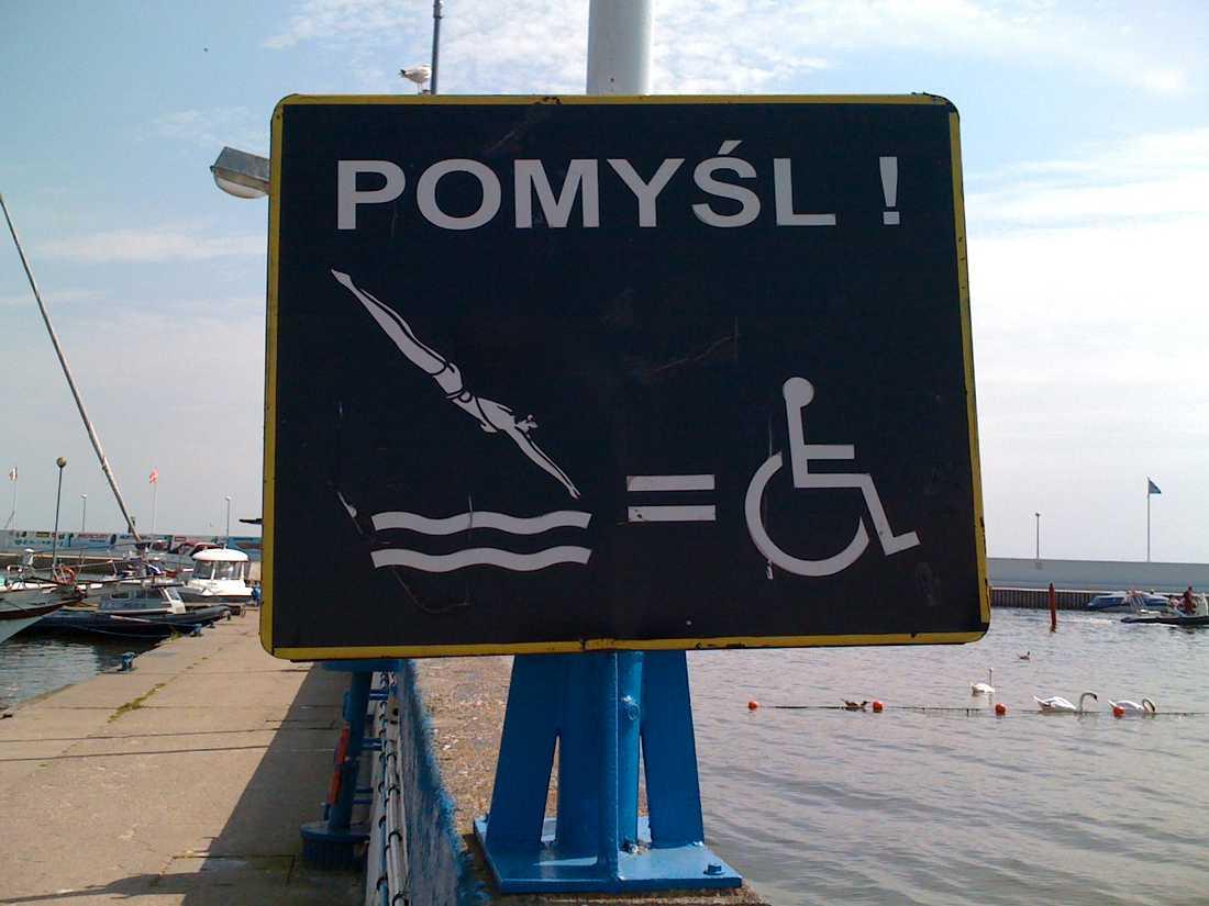 """Handling – och konsekvens. """"Denna skylt finns vid stranden i Gdynia, Polen"""", skriver Lisa Gerenmark."""