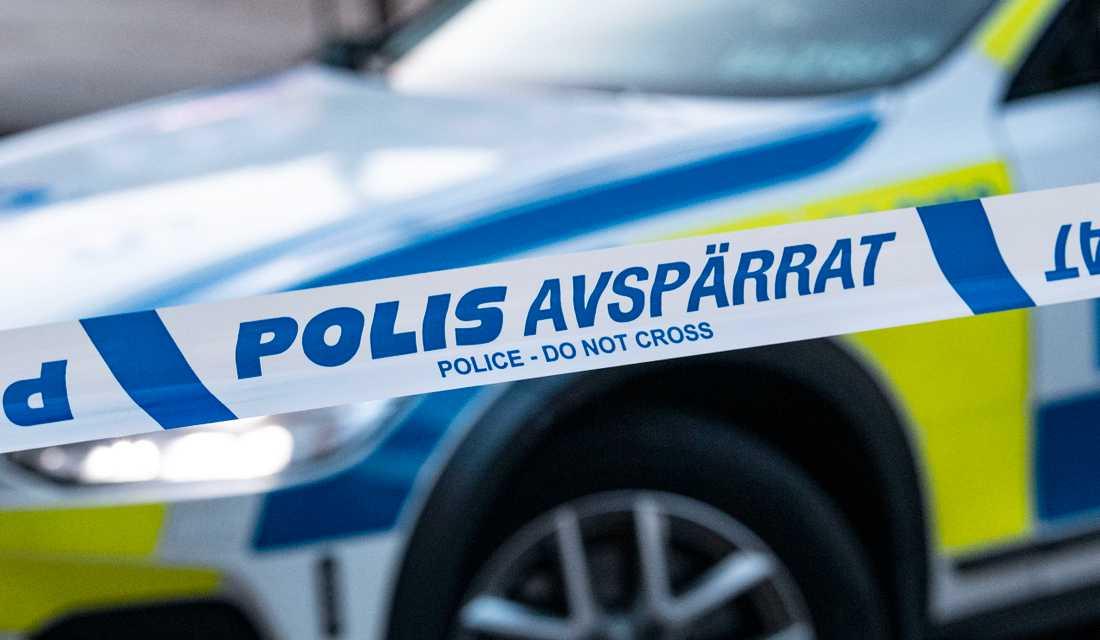 Polisen söker igenom en gymnasieskola i Stockholm. Arkivbild.