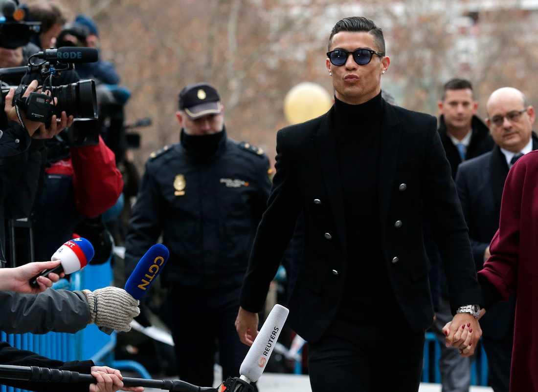 Cristiano Ronaldo erkänner skattefusk och får böta 195 miljoner kronor.
