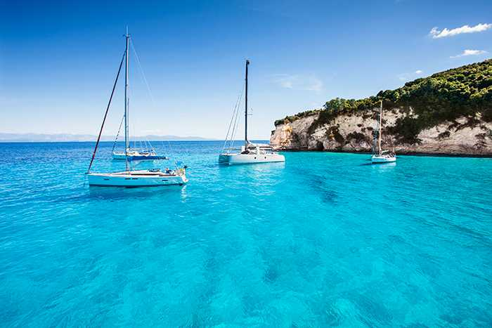 Det klarblå vattnet är en av anledningarna att besöka Korfu.