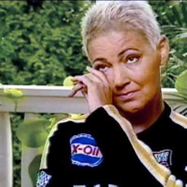 hade tumör i huvudet Marie Fredriksson är märkbart tagen när hon berättar om insjuknandet i september 2002. Då förlorar hon plötsligt synen på höger öga, får ett epileptiskt anfall och kollapsar i badrummet. Hon slår i huvudet och förs omedelbart till sjukhus.