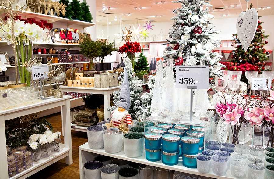 Julsakerna på Åhlens i Stockholm city är framplockade - redan i början av oktober.