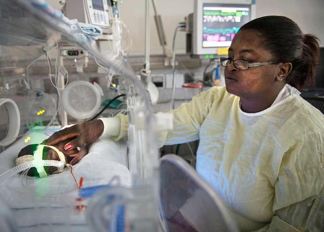 Den första hudkontakten Lille Tyrone junior är född tio veckor för tidigt. Sina första veckor på jorden har han tillbringat i en kuvös på universitetssjukhuset i Jackson. Det här är första gången mamma Latraceia Forrest, 35, får vidröra sin yngste son, genom en lucka i kuvösen.